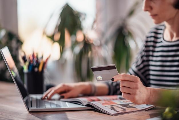 Mulher de compras on-line e usando cartão de crédito