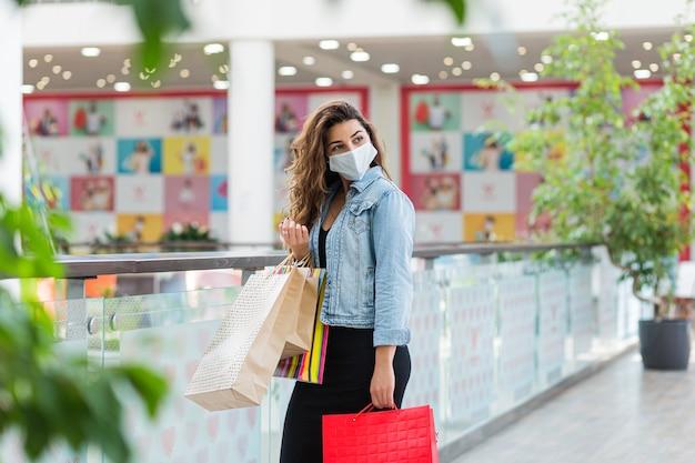 Mulher de compras seguras cobiça máscara 19