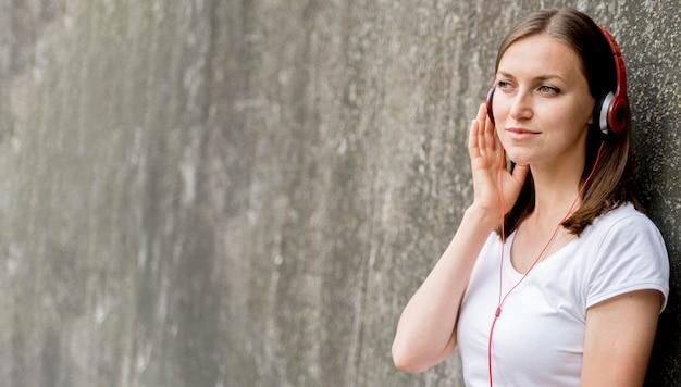 Mulher de cópia-espaço com fones de ouvido