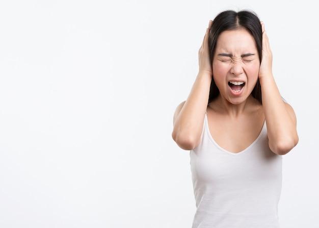 Mulher de cópia-espaço com forte dor de cabeça