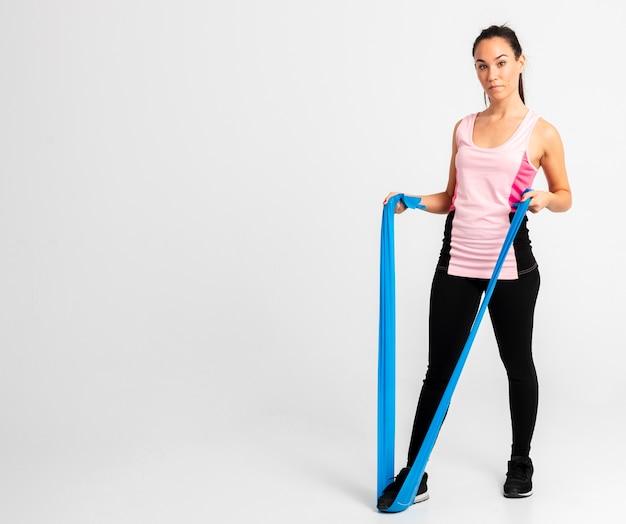 Mulher de cópia-espaço no treinamento de ginástica