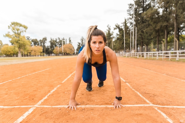 Mulher de corredor na posição inicial