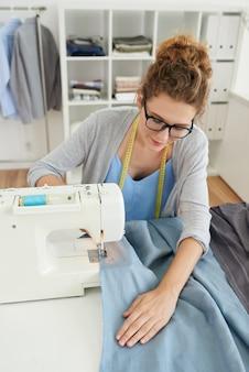 Mulher de costura