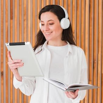 Mulher de cursos remotos on-line lendo do tablet