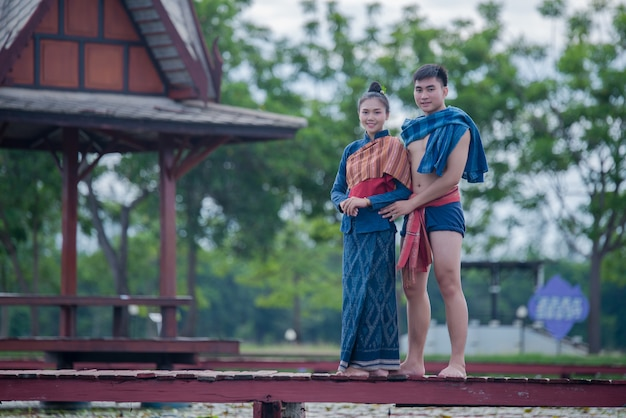 Mulher de dançarina de tailândia e homem em traje nacional
