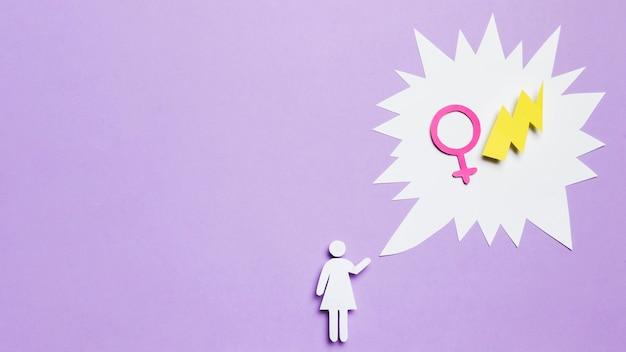 Mulher de desenho animado pensando em poder feminino