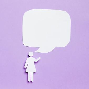 Mulher de desenhos animados com balão de texto em branco