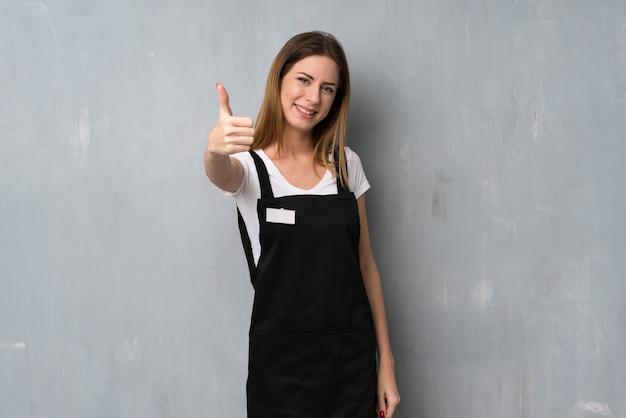 Mulher de empregado com polegares para cima porque algo bom aconteceu