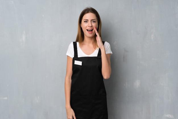 Mulher de empregado com surpresa e expressão facial chocada