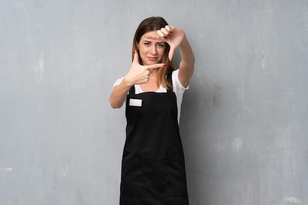Mulher de empregado, concentrando o rosto. símbolo de enquadramento