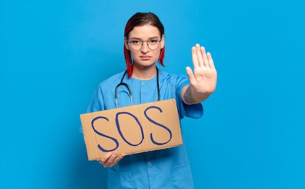 Mulher de enfermeira legal de cabelo vermelho. conceito de crise médica