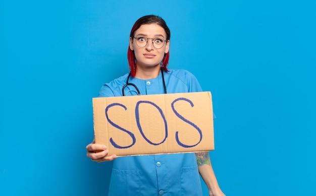 Mulher de enfermeira legal de cabelo vermelho.