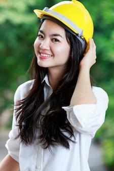 Mulher de engenheiro profissional com capacete