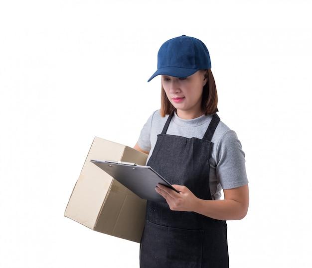 Mulher de entrega na camisa cinza e avental com pilha de caixas