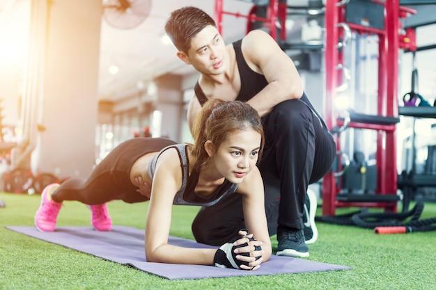 Mulher de esporte fazendo prancha exercita treinamento.