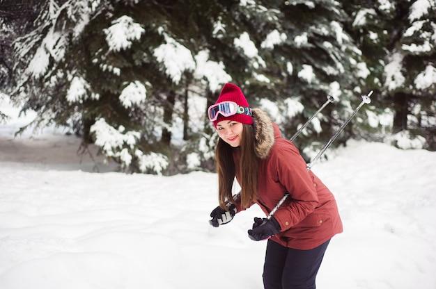 Mulher de esqui na floresta de inverno. treinamento de esquiador inexperiente. esquiador caucasiano jovem