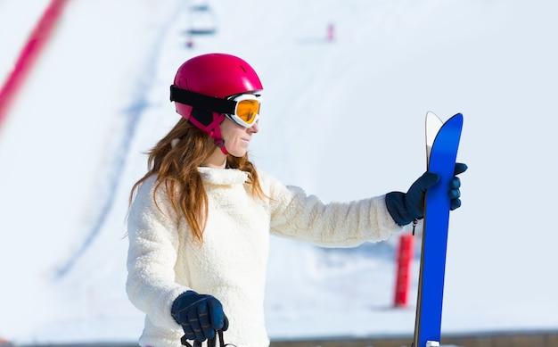 Mulher de esqui na neve do inverno com equipamento