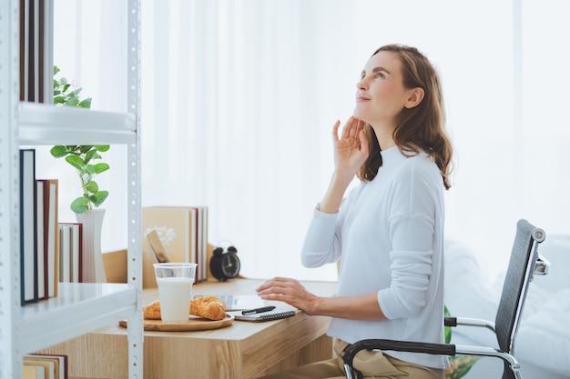 Mulher de estilo de vida trabalhando digitando no laptop na sala elegante em casa