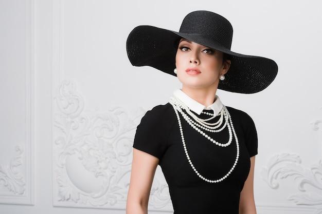 Mulher de estilo vintage com chapéu antiquado