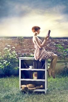 Mulher de estilo vintage, lendo um livro