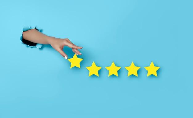 Mulher de experiência do cliente voto com a mão em um excelente ratin de cinco estrelas