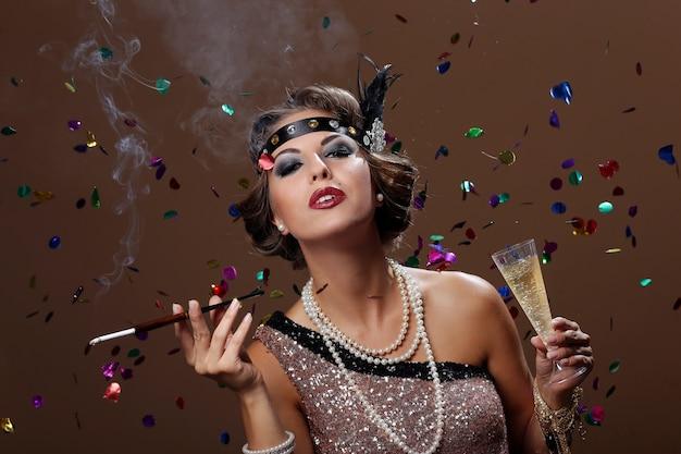 Mulher de festa com confete backgrounnd
