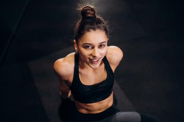 Mulher de fitness alongamento fazendo pilates alongamentos exercícios no ginásio.
