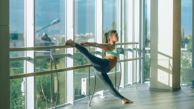 Mulher de fitness alongamento no ginásio. barre.