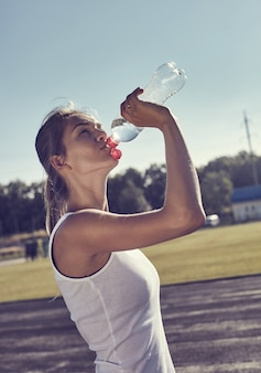 Mulher de fitness bebendo água