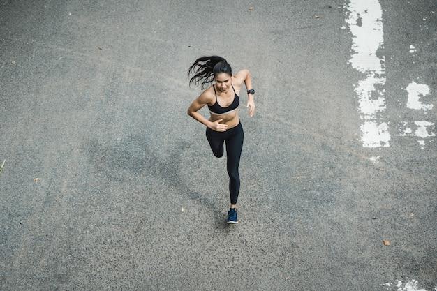 Mulher de fitness correndo na estrada