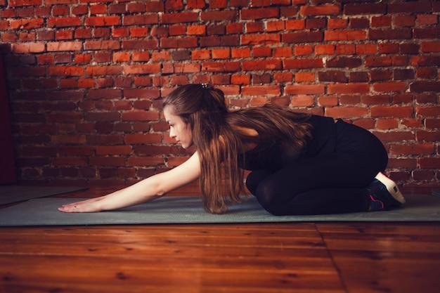 Mulher de fitness fazendo alongamento