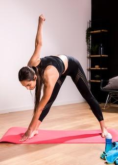 Mulher de fitness fazendo exercício em casa