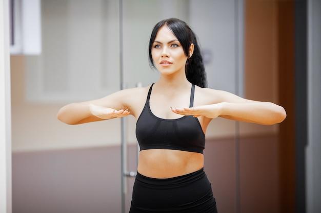 Mulher de fitness. garota de esportes no ginásio fazendo exercícios.