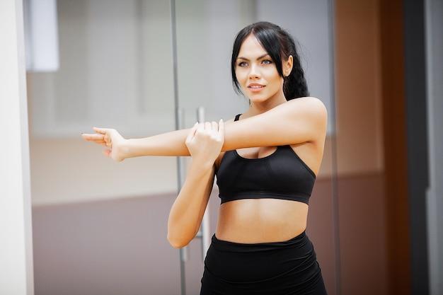 Mulher de fitness. garota de esportes no ginásio fazendo exercícios