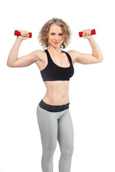 Mulher de fitness malhar com halteres