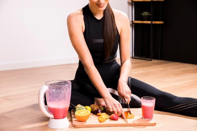 Mulher de fitness preparando um suco de desintoxicação