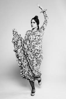 Mulher de flamenco preto e branco dançando