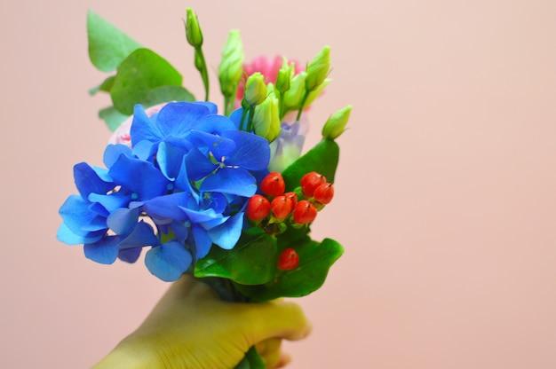 Mulher de florista no trabalho. belo trabalho agradável