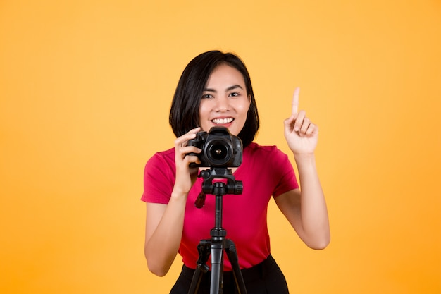 Mulher de fotógrafo usando a câmera
