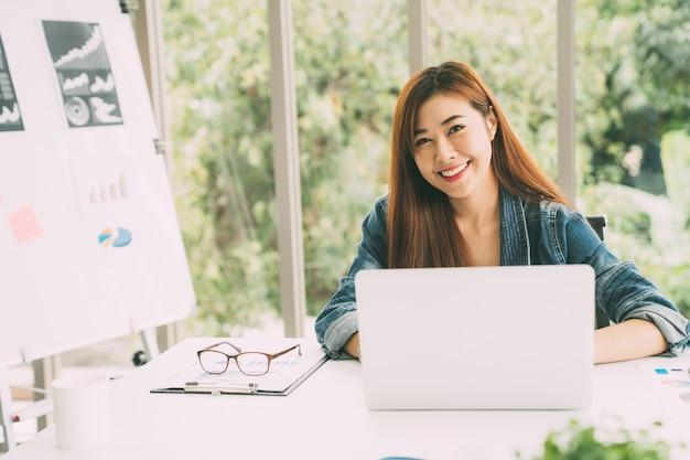 Mulher de freelancer com computador portátil digital e trabalho de relaxamento de projeto no café