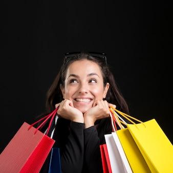 Mulher de frente e bolsas pretas evento de compras sexta-feira