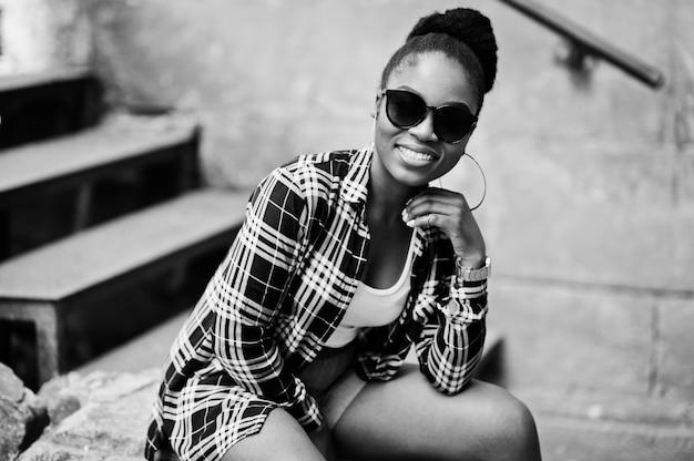 Mulher de hip-hop em shorts jeans e óculos de sol
