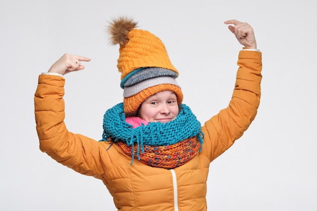 Mulher de inverno bonito em lenços e chapéu