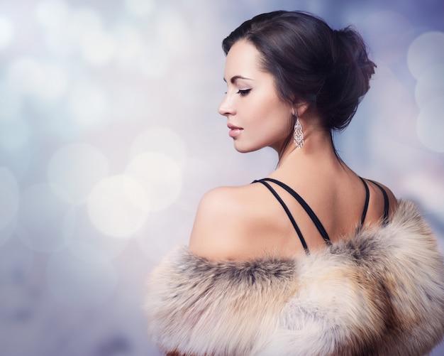 Mulher de inverno com casaco de pele de luxo
