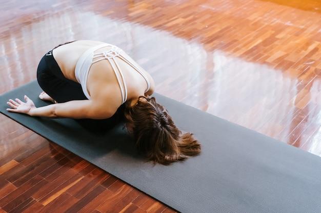 Mulher de ioga jovem desportivo yogue