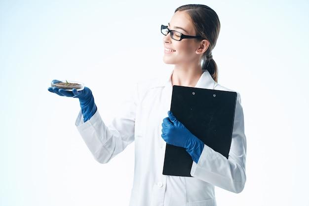 Mulher de jaleco branco, profissional de pesquisa em biologia