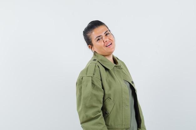 Mulher de jaqueta, camiseta, olhando para a frente e parecendo confiante