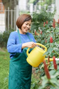 Mulher de jardineiro com regador