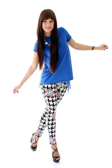 Mulher de jeans skinny e saltos