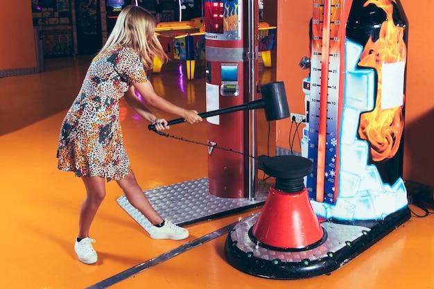 Mulher de lado jogando jogo de arcade